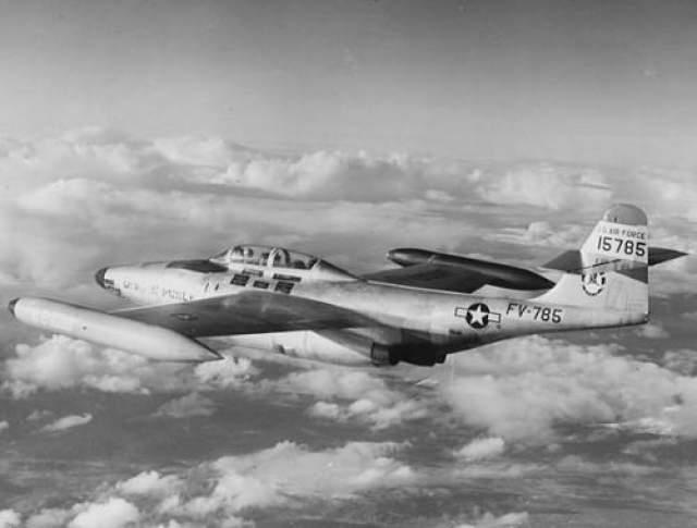"""Загадочное исчезновение лейтенанта Феликса Монкла В 1953 году лейтенант Феликс Монкла проходил службу на авиабазе Кинросс в штате Мичиган. Будучи на дежурстве, он заметил на радаре неопознанный летающий объект. На самолете-истребителе """"F-89 Scorpion"""" Мокла по приказу командования отправился на его перехват."""