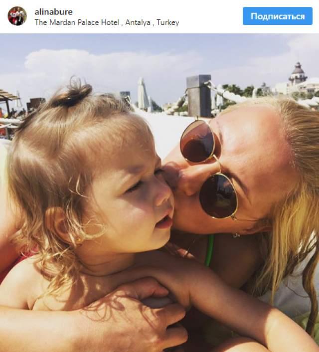 """А супруга спортсмена изредка выкладывает в Instagram фото семьи. К слову, в имени дочери нет ошибки: она действительно Палина, с буквой """"а"""". Буре объяснил это тем, что имя является производным от имен родителей."""