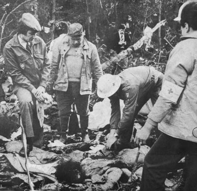 При ударе основные стойки шасси борта КЛМ были срезаны, и воздушное судно упало обратно на ВПП примерно на расстоянии 150 метров.