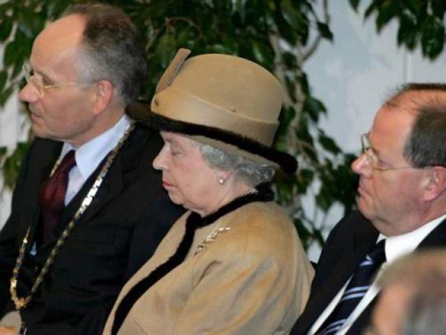 Королева Елизавета заснула во время мероприятия в университетском госпитале в Дюссельдорфе, ноябрь 2004 года