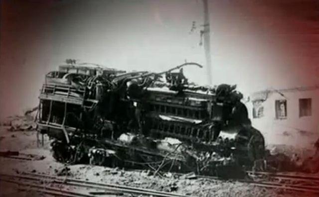 Образовалась огромная воронка диаметром 52 метра и глубиной 26 метров (высота девятиэтажного дома), куда скатились искореженные вагоны со спецгрузом. Именно этот груз стал причиной катастрофы.