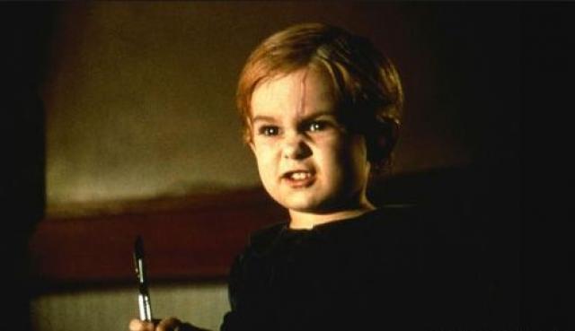 """""""Кладбище домашних животных"""".  Сцена с пятилетним одержимым малышом, перерезающим маме горло буквально леденит кровь."""