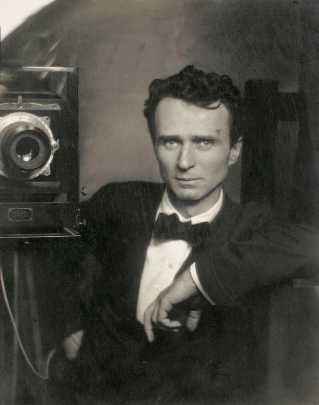 Фото Эдварда Штайхена - первая цветная фотография в истории фотоискусства, выполненная ночью. Штайхен сделал ее в 1904 году.