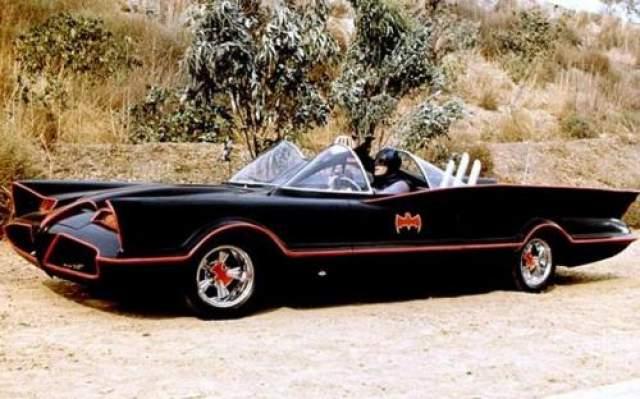 Концепт-кар Lincoln Futura был адаптирован в бэтмобиль в 1955 году Джорджем Баррисом. На этом экземпляре разъезжал Адам Вест.