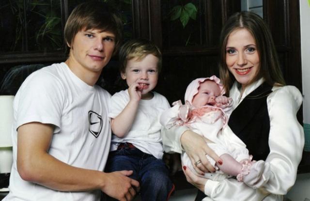 Андрей Аршавин. Известный футболист, прожив с гражданской супругой Юлией Барановской девять лет, оставил ее с тремя детьми.