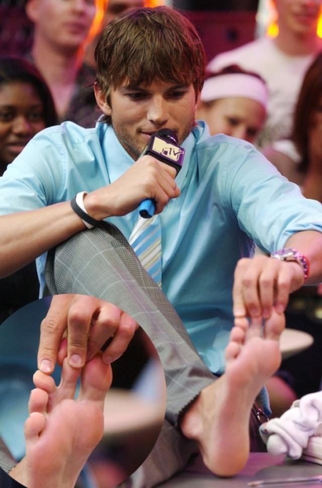 Перепонка между пальцами на ногах есть также у многих актеров, один из них Эштон Катчер .