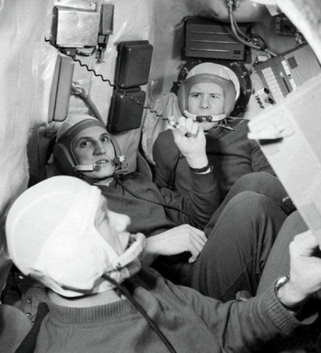 """15 января 1969 г. Б. В. Волынов (позывной """"Байкал-1"""") совершил полет на космическом корабле """"Союз-5"""". Во время полета впервые была осуществлена стыковка с другим космическим кораблем """"Союз-4"""". Космонавт пробыл в космосе 4 часа 35 минут."""