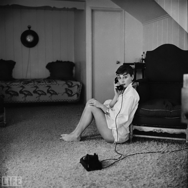 "Ingenue Audrey (Mark Shaw, 1954). 25-летняя звезда ""Римских каникул"" Одри Хепберн."