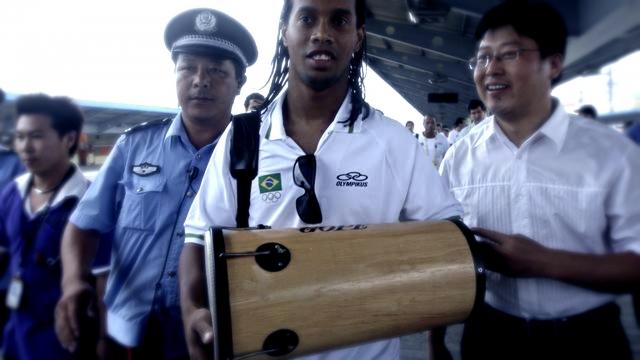 Звезда бразильского футбола Рональдиньо наряду с любовью к караоке играет на перкуссионных инструментах и играет на них.