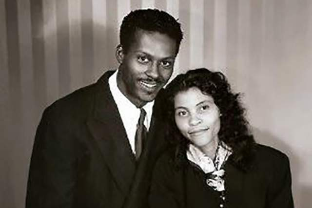 """Чак Берри Осенью 1948 года Чак Берри женился на Теметте """"Тодди"""" Саггс. Примечательно, что тогда музыкант не был популярным, поэтому девушка приняла его предложение руки и сердца далеко не в корыстных целях."""