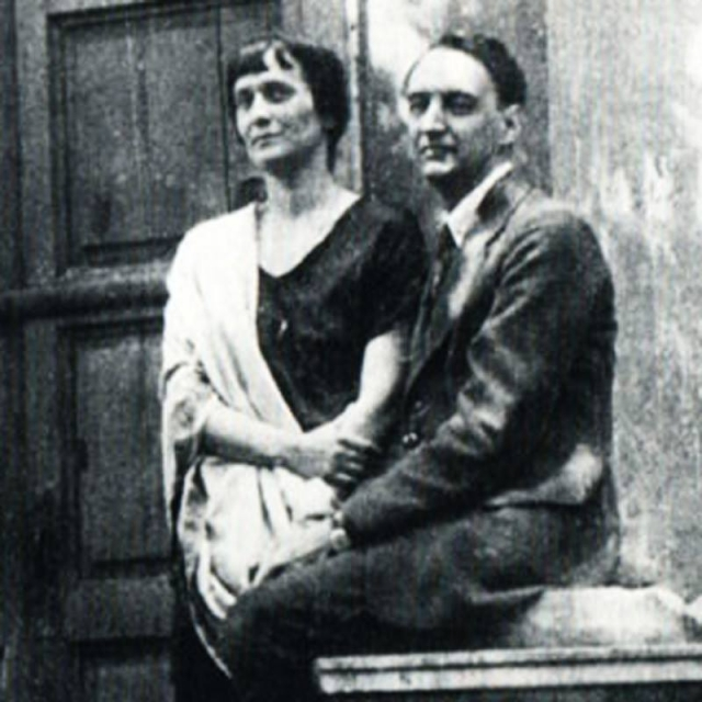 В 1924 году Судейкина все же эмигрировала, но прежние отношения с Лурье не удалось восстановить. Ахматова осталась в Союзе, где вскоре вступила во вполне себе обыкновенный брак с искусствоведом Николаем Пуниным.