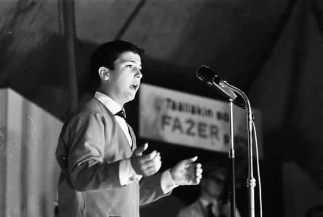 Настоящее имя певца - Роберто. Он вырос в Италии в семье со скромным достатком. У мальчика было 7 братьев и сестёр. Музыкальные способности проявились с самого маленького возраста, но родители не могли уделять достаточного количества времени для их развития. Началом профессиональной карьеры Робертино можно считать исполнение песни-гимна на Олимпийских играх в Риме. Мальчику было всего 13 лет.