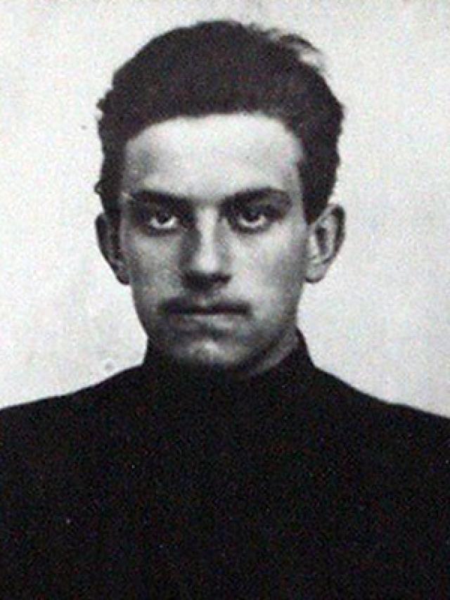 По первому делу о подпольной типографии его освободили под надзор родителей, поскольку он еще не достиг совершеннолетия. По подозрению в связи с группой анархистов он был освобожден за недостатком улик.