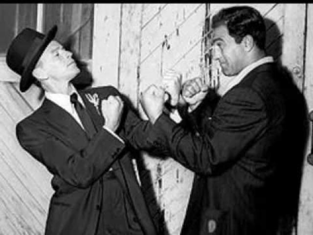 """В феврале 1947 года много шума наделал полет Синатры на Кубу в компании братьев Джо и Рокко Фишетти, членов банды самого Аль Капоне. В Гаване Фрэнк встречался с Чарли Лучиано, которого пресса называет """"отцом современной мафии""""."""