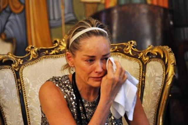 Шэрон Стоун. Американская актриса, продюсер и бывшая модель до того как в 2000 году впервые стать матерью, перенесла несколько выкидышей, что подорвало ее здоровье.