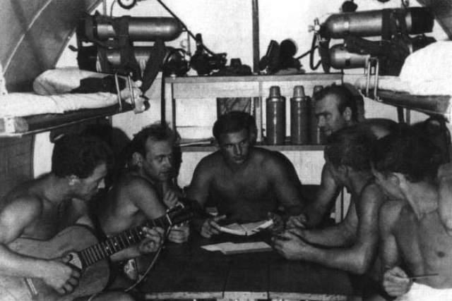 В Канаде Курилов устроился разнорабочим в пиццерию, а подучив английский, работал в канадских и американских фирмах, занимающихся морскими исследованиями.