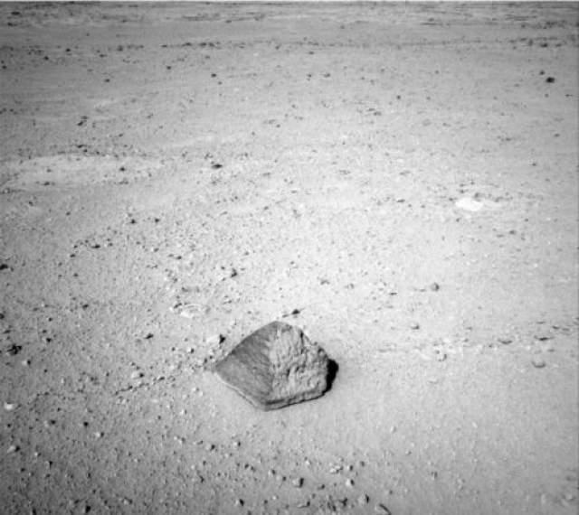 """Впрочем, это не единственные таинственные предметы, попавшие в поле зрения марсохода. Так, Curiousity, """"прогуливаясь"""" по поверхности Красной планеты, нашел камень в форме пирамиды, который был величиной с футбольный мяч. Найденная пирамидка получила имя """"Джейк Матиевик"""" - в честь сотрудника NASA."""