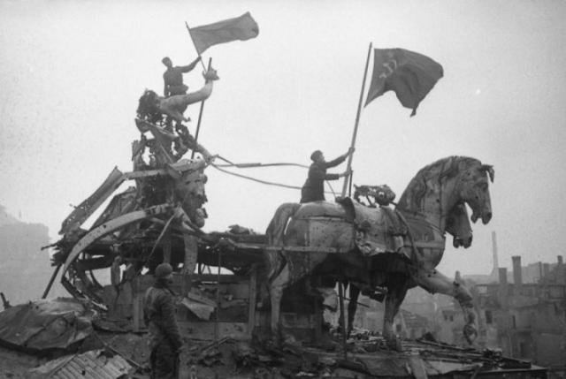 Красное знамя на квадриге Бранденбургских ворот.
