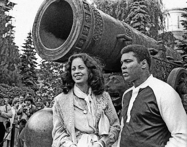 Тогда же с супругой Вероникой Порше Али у царь-пушки.