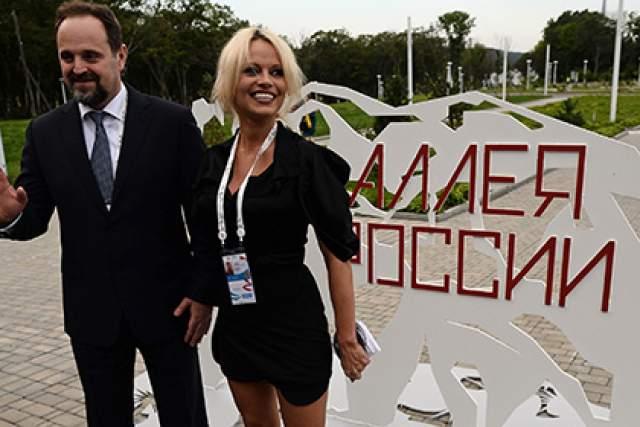 """Памела Андерсон : """"В России мне нравится общаться с людьми, которые делают свое дело. Кроме того, я немного русская. Моя мама имеет русские корни. Я всегда восхищалась Россией, потому что для американцев эта страна - загадка. Я была в Москве, Санкт-Петербурге и Владивостоке. Теперь я хочу взять своих детей и отправиться в путешествие по всей России""""."""