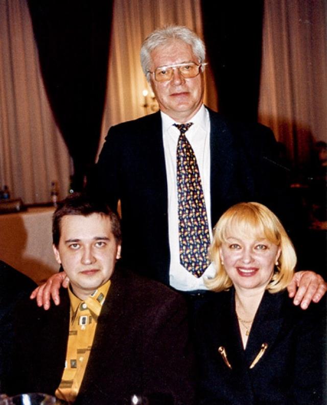 Как оказалось, с 1994 по 2001 год Жариков вел двойную жизнь и встречался с журналисткой Татьяной Секридовой. Любовница родила актеру двоих детей. Наталья Гвоздикова долгое время не могла простить мужу измены, но в итоге сохранила брак.