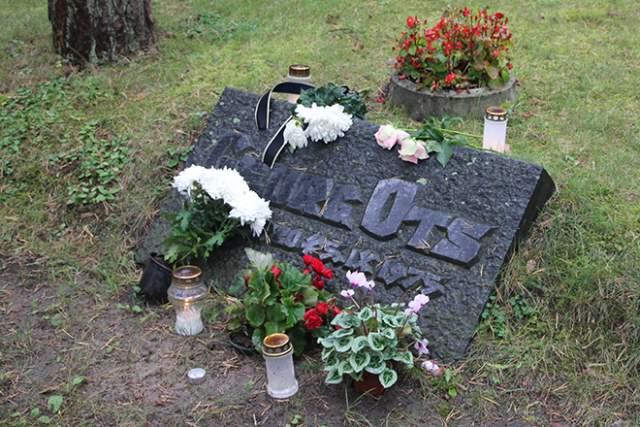 """Еще в начале 1970-х у артиста диагностировали опухоль головного мозга. Георгу Осту сделали 8 сложнейших операций, ампутировали глаз, но он мужественно справлялся с тяготами, с головой уходя. в работу. Артист скончался ранней осенью 1975 года, похоронен на Таллинском """"Лесном кладбище"""", где нашли последний приют знаменитости и государственные деятели Эстонии."""