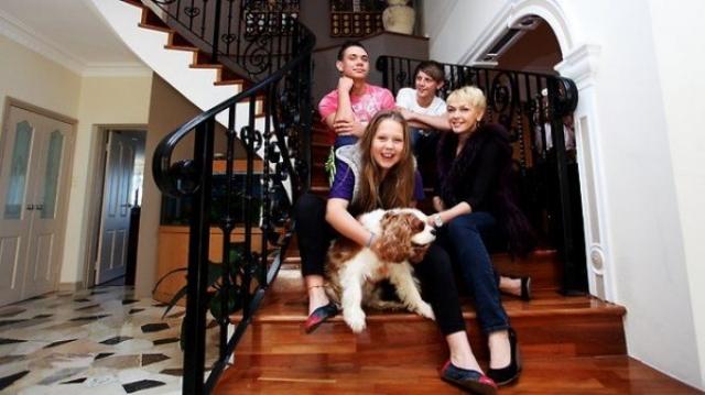 В Сиднее у него дом, где они вместе с супругой растят двух сыновей и дочку. Стоимость жилища оценивается примерно в $3 млн.