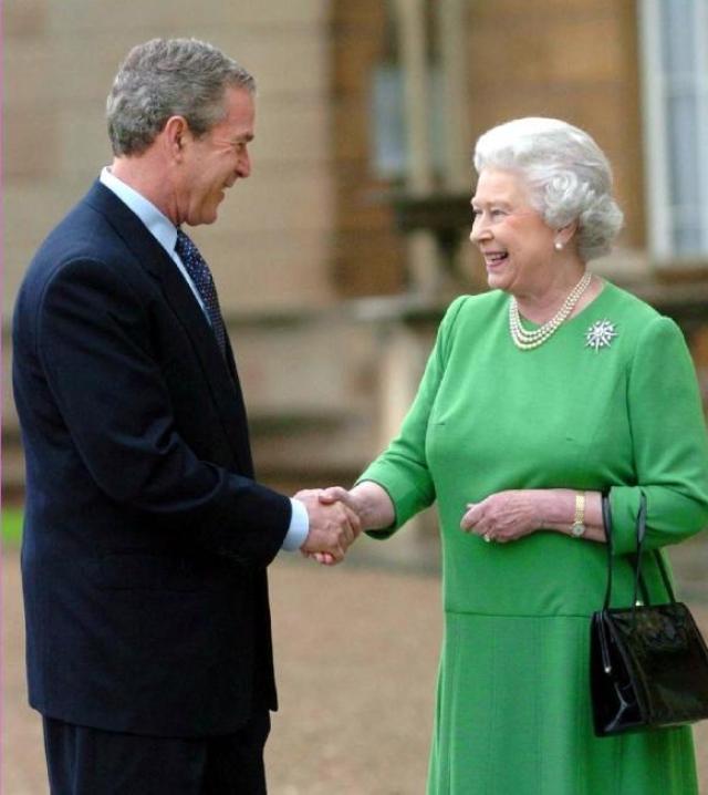"""Известным стал случай на приеме в Белом доме во время визита Елизаветы II. """"Американский народ счастлив приветствовать Ваше Величество в США, стране, с которой вы хорошо знакомы, - выступил с речью Буш. - Как ни крути, вы обедали с 10 американскими президентами. Вы принимали участие в торжествах в нашей стране по случаю двухсотлетия ее создания в 17…"""""""