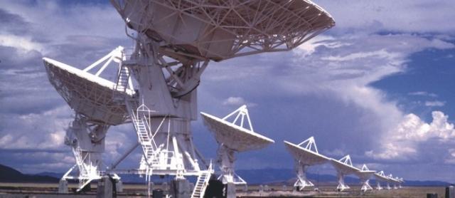 Радиосигналы из космоса. Более десяти лет назад быстрые дискретные радиоимпульсы были получены из космоса. Межгалактические всплески радиоизлучений пытались объяснить разными способами, существует и теория, что они могут иметь технологическую природу.