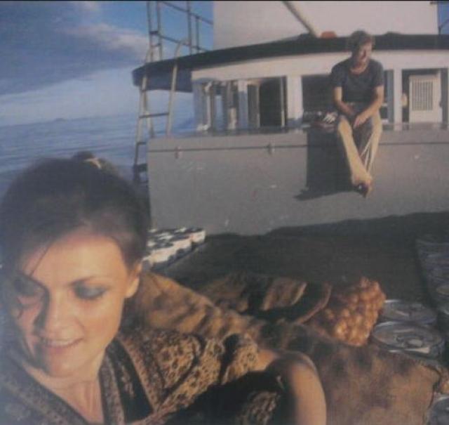 В 1982 году искатели приключений отправились на остров Таин, расположенный между Новой Гвинеей и Австралией, предварительно поженившись для упрощения процесса получения виз. По словам Ирвин и Кингслэнда, отсутствие взаимопонимания далось им тяжелее, чем бытовой дискомфорт.