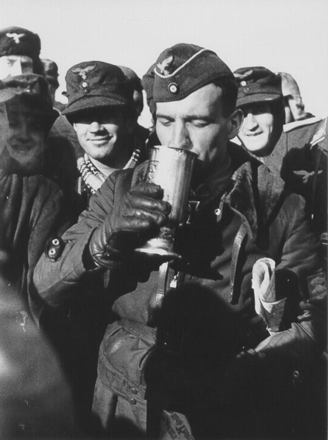 Ганс-Ульрих Рудель. Известный немецкий летчик-ас, полковник, который среди прочего был любимчиком Гитлера. По количеству наград Руделя превзошел только Герман Геринг.