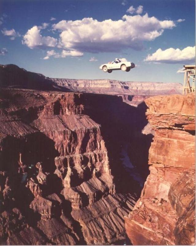 Рухнув с 8-метровой высоты, Дар получил травмы, несовместимые с жизнью. Кроме того, по несчастливой случайности, в тот момент на площадке даже не было команды врачей, обычно всегда дежуривших рядом – настолько простой казалась сцена… На фото: Арт Робинсон - великий каскадер, в его послужном списке - прыжок на автомобиле в Гранд-Каньоне