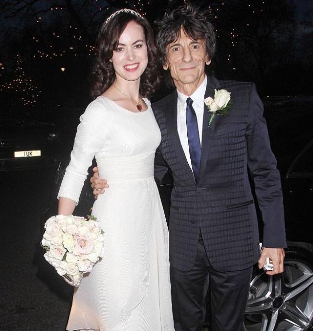 Ронни Вуд и Салли Хамфрис (разница в возрасте - 31 год). Гитарист The Rolling Stones после 23 лет брака оставил первую жену ради молодой девушки Кати, отношения с которой у него не заладились. Ее место и заняла Салли Хамфрис.