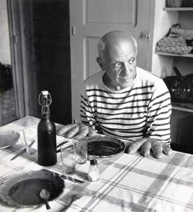 """Руки-хлеб Пикассо. Сидя за столом, Пабло что-то готовил, а потом закричал: """"Смотри! Тут всего 4 пальца!""""."""