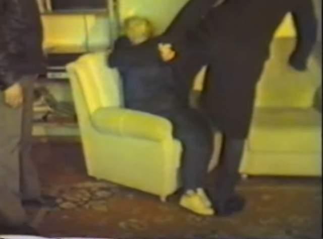 Писатель Федор Раззаков рассказал, что в избиении участвовал сам Абай, титулованный московский тренер-каратист, преподаватель авиационного института Владимир Пестрецов, а также двое его студентов. Актер не оказывал сопротивления, полагая, что лже-учитель остановит учеников, убедившись в его покорности. Но этого не произошло. Сектанты вошли в раж (на фото скриншот съемки следственного эксперимента).