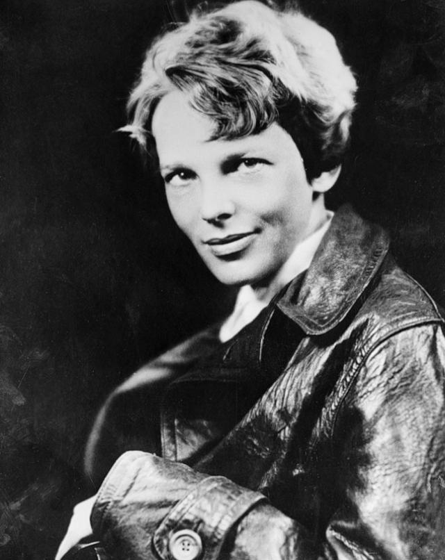 Амелия Эрхарт. Первая женщина-пилот, перелетевшая Атлантический океан и написавшая об этом книгу в 1937 отправилась в кругосветный полет, который закончился где-то на середине Тихого океана.