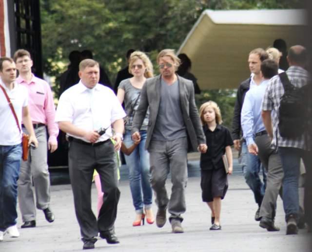 """2013 год, Брэд Питт приехал на премьеру фильма """"Война миров Z"""" и гуляет по центру Москвы с дочерями Шайло и Захарой."""