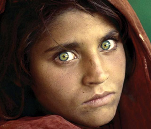 Шарбат Гула. Афганская девочка, ставшая известной благодаря фотографии, которая была сделана журналистом Стивом Маккарри во время Афганской войны, когда Гула жила на территории Пакистана в лагере беженцев.