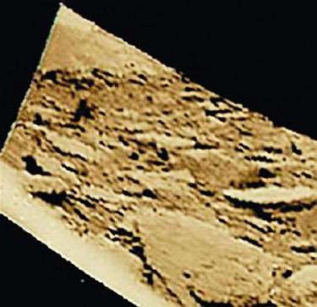 Угловая левая часть панорамы, где виден склон отдаленного холма, насторожила ученых.