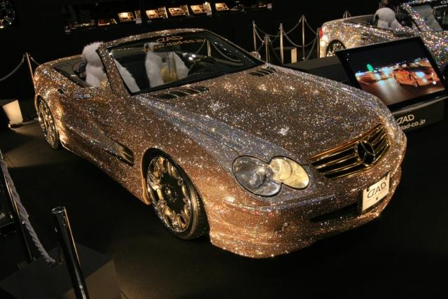 Принц аль-Валид ибн Талал ибн Абдель Азиз Аль Сауд приобрел за $48 миллионов автомобиль Мерседес, полностью инкрустированный бриллиантами.