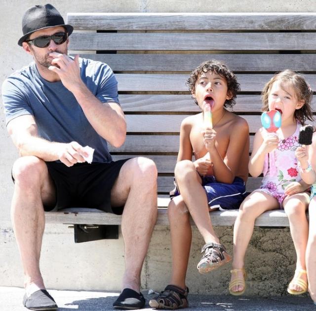 """""""Возникло ощущение, что приемные дети - Оскар и Ава - были предназначены нам судьбой, и по-другому и не могло быть. И какая разница, биологические они или нет, - это мои дети, и все тут!"""" - говорит Джекман."""