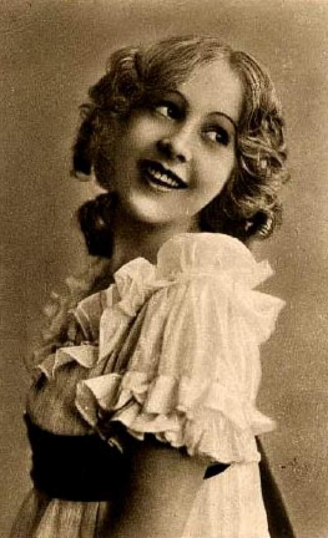 Джуэл Кармен, 1897-1984. Несомненно талантливая актрис Keystone Studios была в равной этому степени беспечной. В какой-то момент она начала многолетнюю тяжбу со студией Fox Film Corporation из-за контракта, который артистка хотела порвать. Да и на Keystone она начала работать уже будучи связанной обязательствами с Fox.