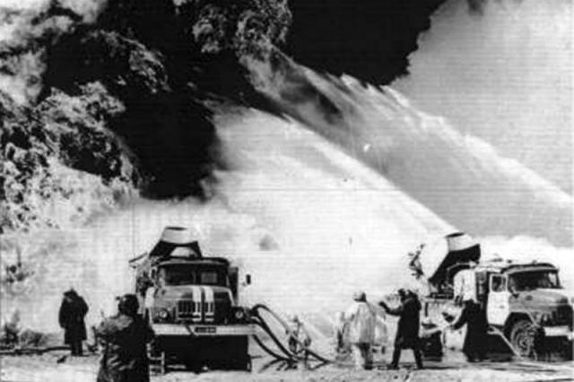 Вместо огнестойкого покрытия, как было положено по инструкции, крыша машинного зала была залита обычным горючим битумом, однако пожарные не дали огню перекинуться на третий блок. Примерно к 2 часам ночи появились первые пораженные из числа пожарных.