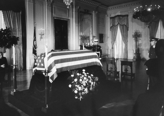 Всю церемонию транслировали три общенациональных канала, а вся стоимость похорон составила $15 млн.