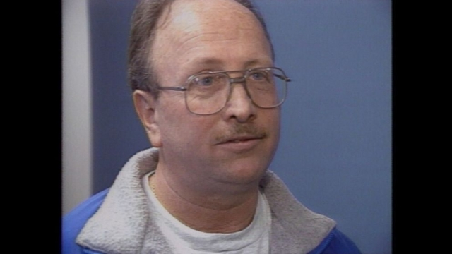8 апреля 1994 года электрик по имени Гэри Смит приехал в дом Кобейнов, располагавшийся по адресу 171 Lake Washington Blvd East в Сиэтле, в 8 часов 30 минут, чтобы установить систему безопасности.
