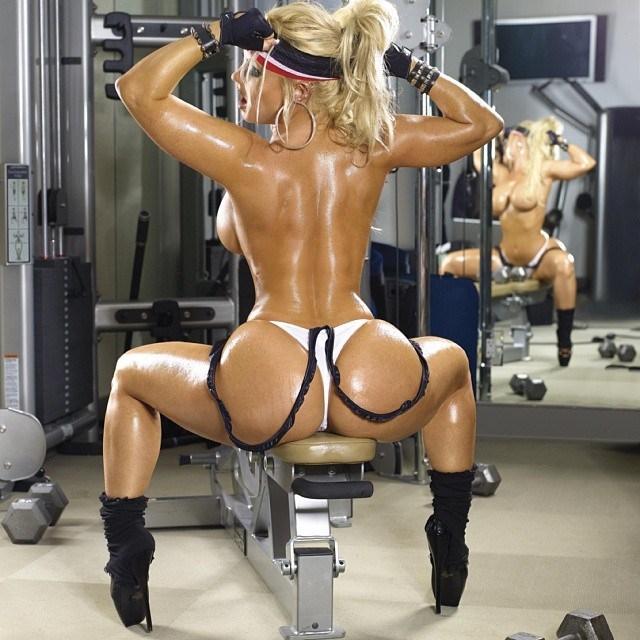 Девушка делится вот такими результатами фотосессий в спортзале...