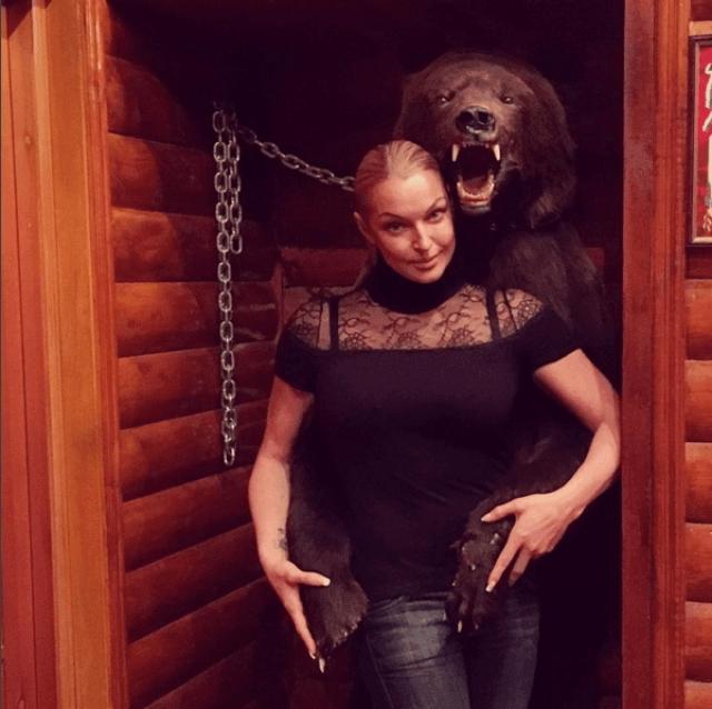Анастасия Волочкова и чучело медведя