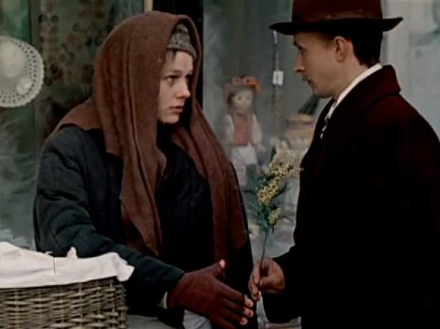 Примечательно и то, что картина создана по реальной истории Тодоровского, который на улице встретил возлюбленную своего комбата - прежняя королева превратилась в девочку в лохмотьях, пропахшую пирожками.