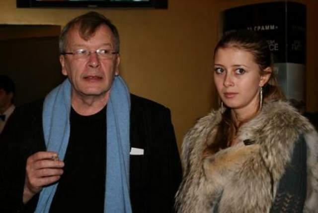 """Три года отношения оставались на уровне """"хороших знакомых"""", однако в 2010 году Ерофеев уходит от своей гражданской жены Евгении и начинает встречаться с молоденькой секретаршей. Кстати, экс-возлюбленная была младше писателя на 35 лет. Вот она."""