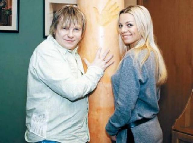 Пара жила счастливо более пяти лет, в браке родилась дочь Алиса. А после этого у Салтыкова произошел творческий кризис, он начал пить, изменять супруге. В отношениях назрела трещина. Ирина несколько лет терпела, но в итоге подала на развод.